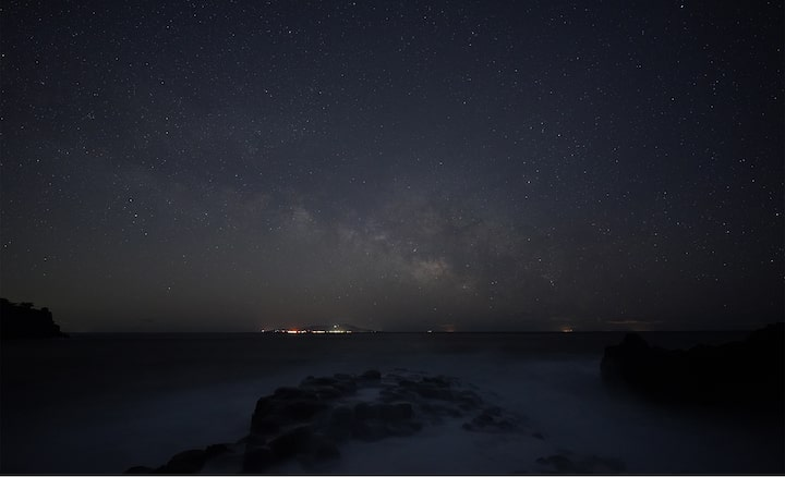 Stargazing photo showing the Milky Way over the sea